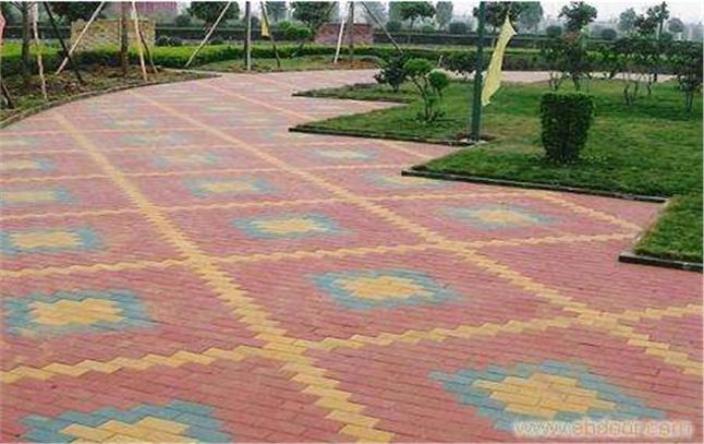 劲强彩砖塑料模具致力建设最美新疆乡村路